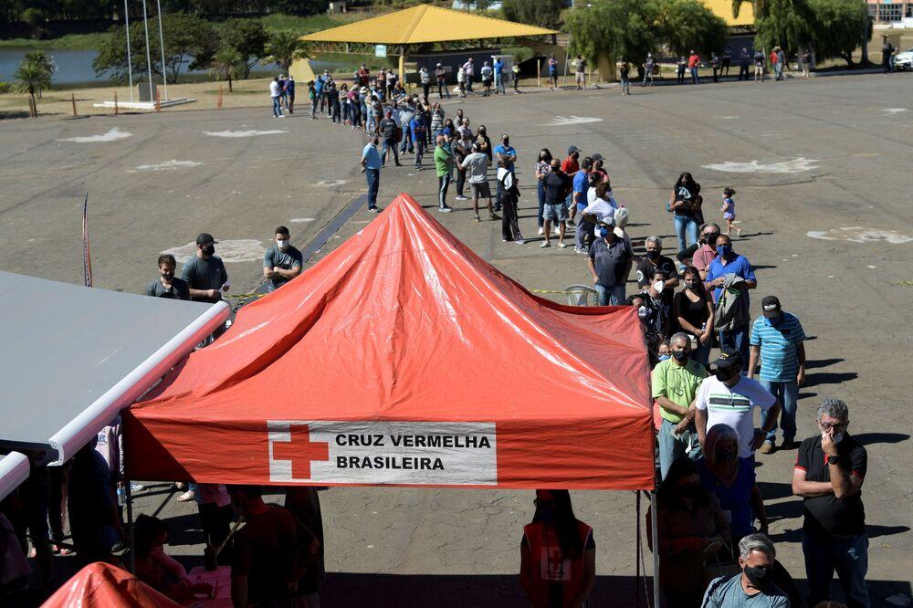Moradores fazem fila em frente ao Busão da Vacina, um projeto da Cruz Vermelha Brasileira em parceria com as autoridades de Minas Gerais, Ouro Branco, 19 de julho de 2021