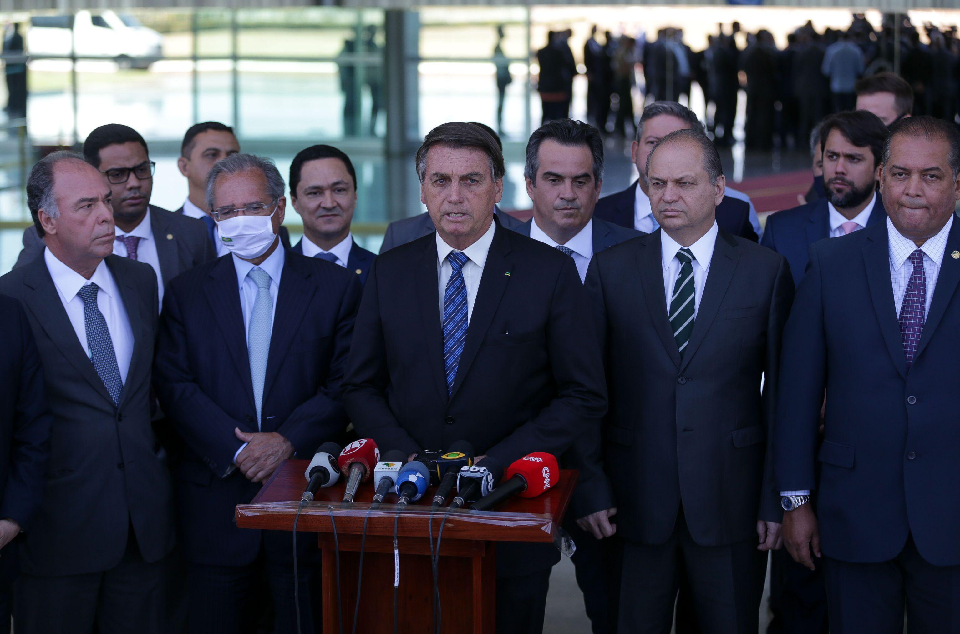 Bolsonaro acompanhado por Paulo Guedes, Ricardo Barros (PP-PR), Fernando Bezerra (MDB-PE), Eduardo Gomes (MDB-TO), entre outros e Ciro Nogueira (PP-PI) (atrás do presidente) em 28 de setembro de 2020