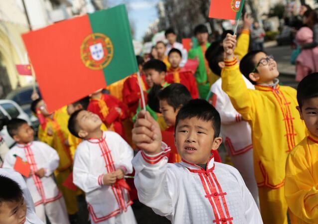 Crianças agitam bandeiras portuguesas e chinesas enquanto participam da abertura das celebrações do Ano Novo Chinês, em Lisboa, 30 de janeiro de 2016