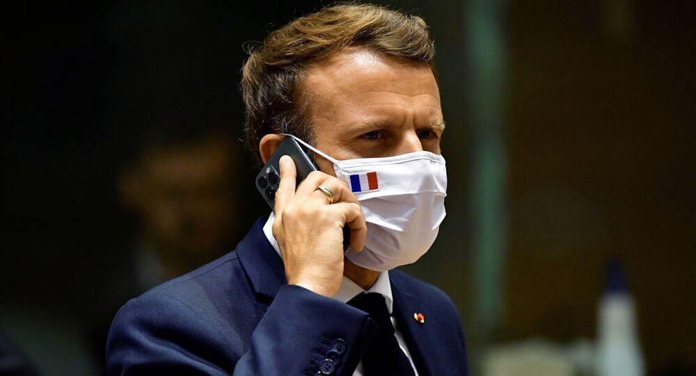 Presidente Emmanuel Macron fala em seu telefone celular durante uma mesa redonda em uma cúpula da UE em Bruxelas, 20 de julho de 2020