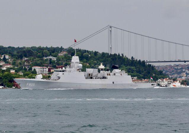 HNLMS Evertsen, fragata da Marinha Real dos Países Baixos, passa no estreito de Bósforo, a caminho do mar Negro, em Istambul, Turquia, 14 de junho de 2021