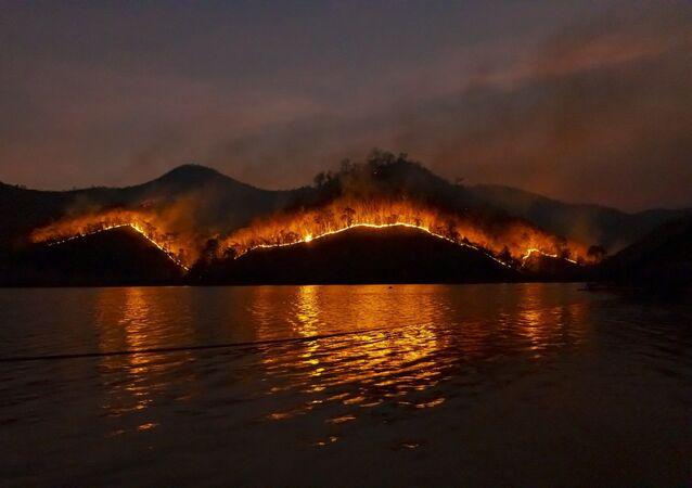 Incêndio em ilha