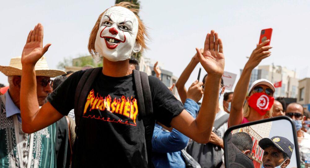 Manifestante durante protestos antigovernamentais em Tunes, na Tunísia, 25 de julho de 2021