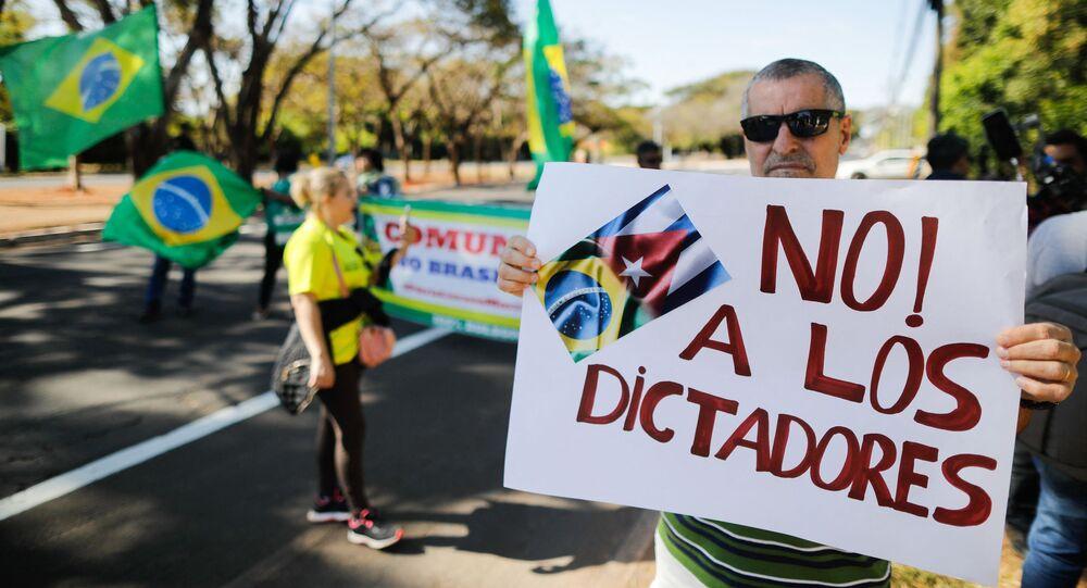 Homem protesta contra governo cubano em frente a embaixada de Cuba em Brasília