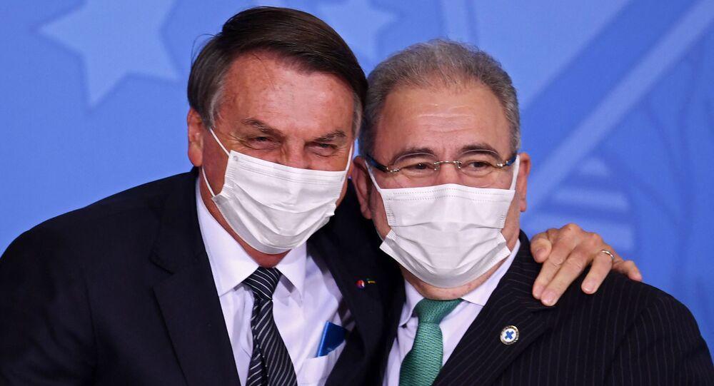 Presidente Jair Bolsonaro (E) abraça o ministro da Saúde, Marcelo Queiroga, no Palácio do Planalto, em Brasília. Foto de arquivo