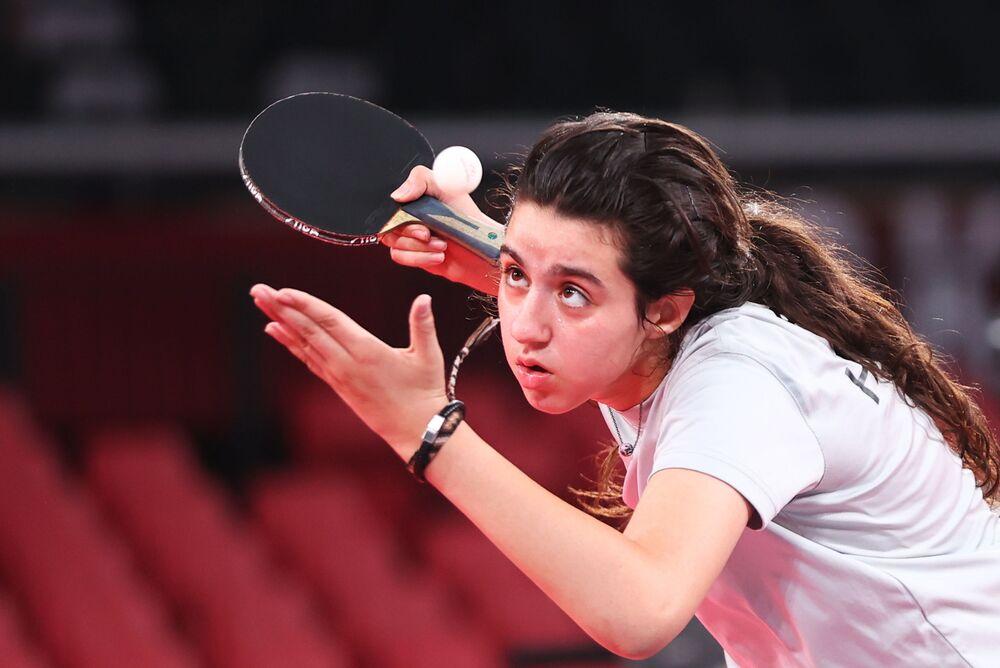 Tenista Hend Zaza, da Síria, de 12 anos, atleta mais jovem da competição, em ação contra Jia Liu, da Áustria, durante rodada preliminar feminina dos Jogos Olímpicos de Tóquio, Tóquio, Japão, 24 de julho de 2021