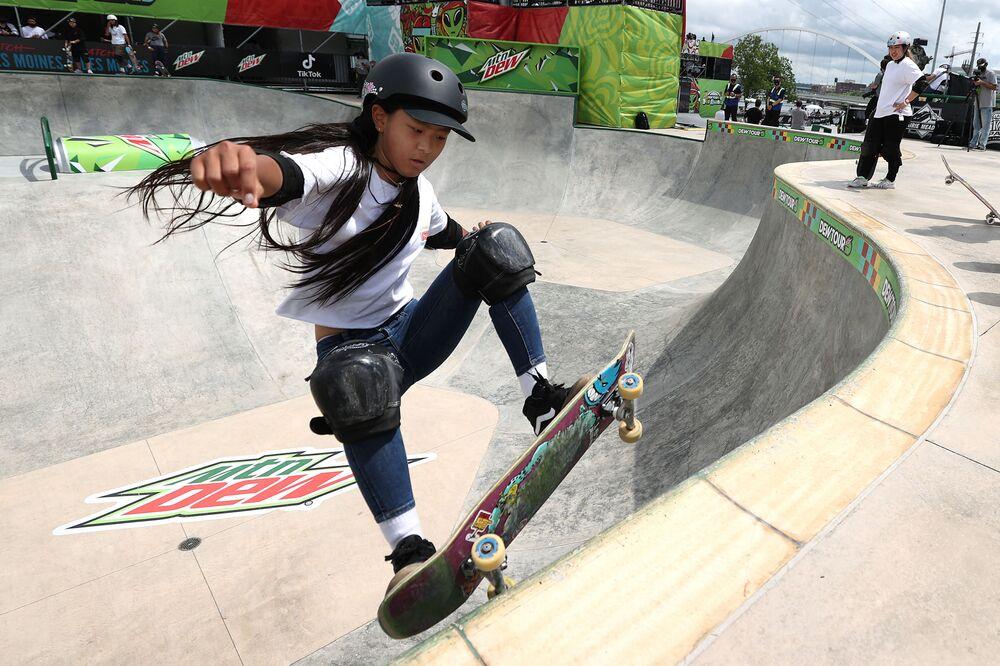 Skatista Kokona Hiraki do Japão, de 12 anos, compete durante semifinal no Parque das Mulheres em Des Moines, Iowa, EUA, 21 de maio de 2021