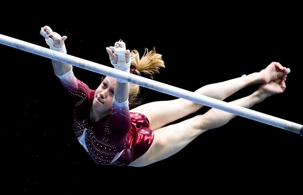Ginasta Viktoria Listunova da Rússia, de 16 anos, na final individual de barras assimétricas do Campeonato Europeu de Ginástica Artística em Basileia, Suíça