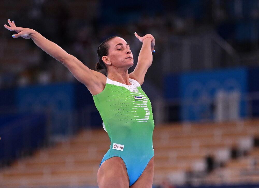 Ginasta Oksana Chusovitina do Uzbequistão, de 46 anos, durante competição de qualificação para os Jogos Olímpicos de Tóquio, no Centro de Ginástica Ariake, Tóquio, Japão, 25 de julho de 2021