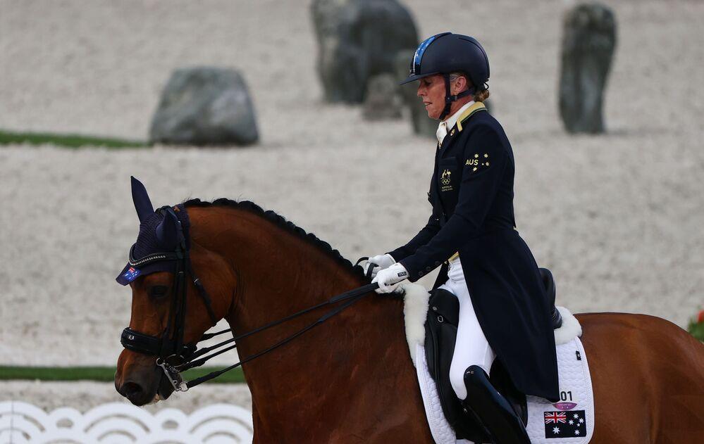 Cavaleira Mary Hanna da Austrália, de 66 anos, a atleta mais velha da competição, em ação no Grand Prix equestre dos Jogos Olímpicos de Tóquio, no Parque Equestre, Tóquio, Japão, 24 de julho de 2021