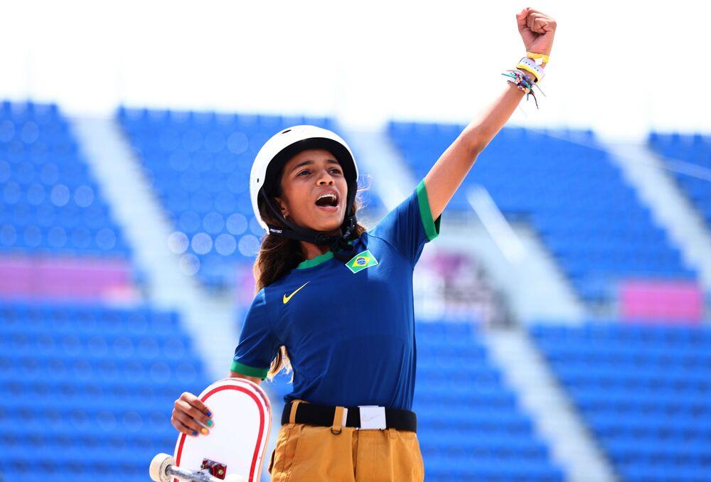 Skatista Rayssa Leal, do Brasil, celebra após obter medalha de prata durante final da Rua da Mulher dos Jogos Olímpicos de Tóquio 2020, Tóquio, Japão, 26 de julho de 2021