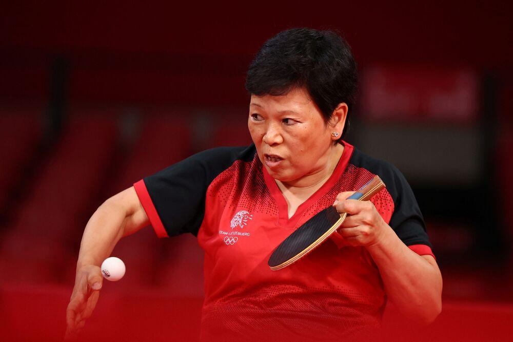 Tenista de mesa Xia Lian Ni de Luxemburgo, de 58 anos, em ação durante partida de mulheres contra Shin Yubin, da Coreia do Sul (fora da foto) no Ginásio Metropolitano de Tóquio, Tóquio, Japão, 25 de julho de 2021