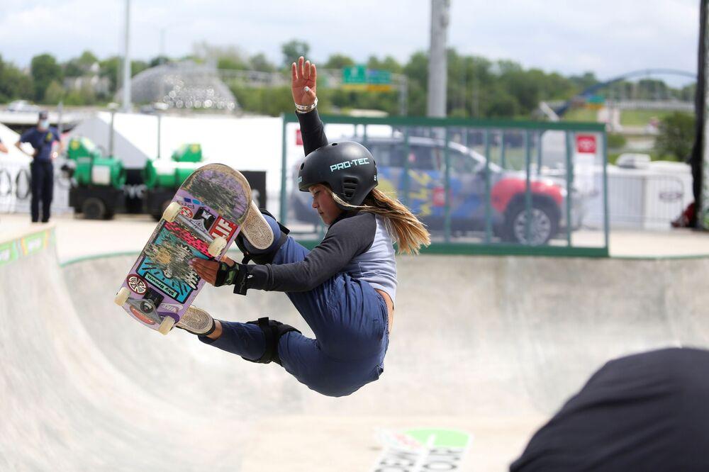 Skatista Sky Brown do Reino Unido, de 13 anos, pratica no Parque Lauridsen em Des Moines, Iowa, EUA, 19 de maio de 2021, antes da estreia nos Jogos Olímpicos de Tóquio 2020