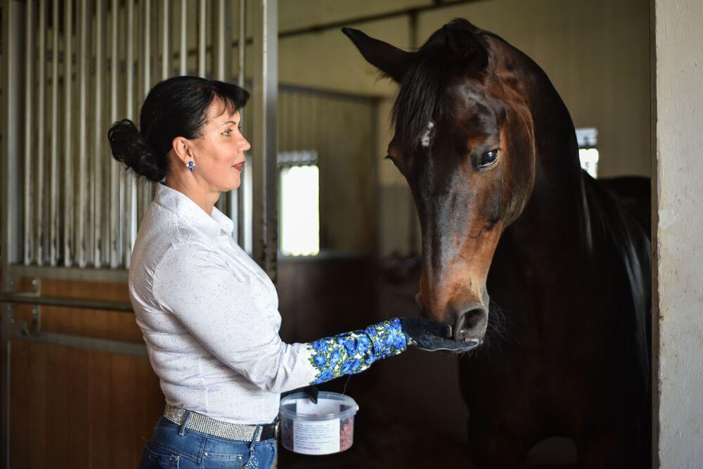 Cavaleira Inessa Merkulova da Rússia, de 56 anos, treina com seu cavalo antes dos Jogos Olímpicos do Rio de Janeiro 2016