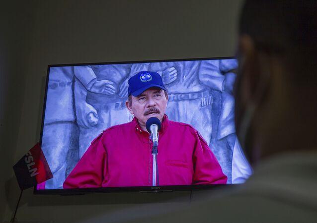 Homem assiste pela televisão discurso do presidente da Nicarágua, Daniel Ortega, em Manágua, Nicarágua