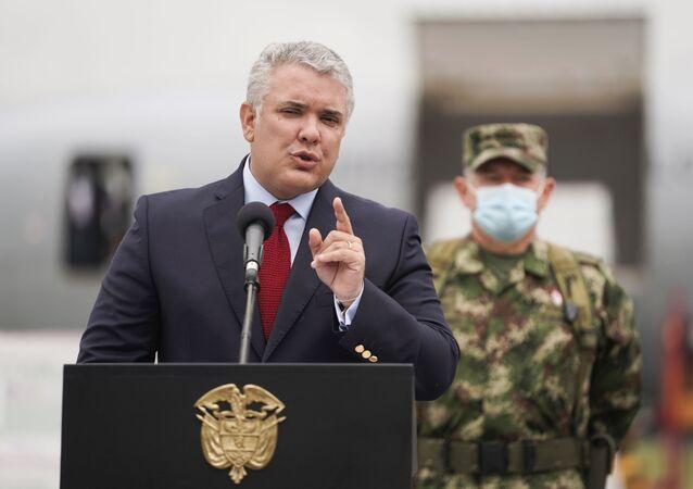 O presidente da Colômbia, Iván Duque, fala após a chegada de uma remessa de vacinas da Johnson & Johnson contra o coronavírus (COVID-19), em Bogotá, Colômbia, 1º de julho de 2021