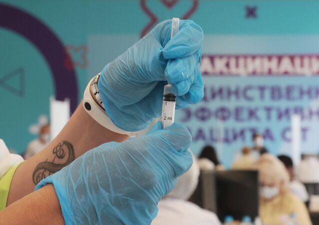 Médico imuniza pessoa contra o SARS-CoV-2 com a vacina russa Sputnik Light no Estádio Luzhniki em Moscou, Rússia