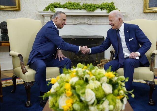 Presidente Joe Biden (D) aperta a mão do primeiro-ministro iraquiano Mustafa Al-Kadhimi durante reunião no Salão Oval da Casa Branca em Washington, segunda-feira, 26 de julho de 2021