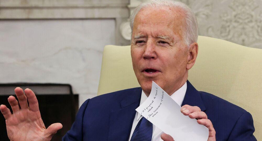 Presidente dos EUA Joe Biden segura notas durante o encontro com o premiê iraquiano Mustafa Al-Kadhimi, Washington, 26 de julho de 2021
