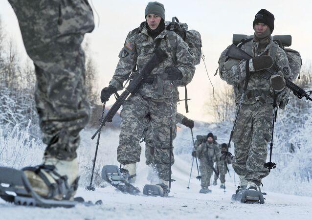Militares do 6º Batalhão de Engenharia dos EUA fazem treinamento em condições de temperatura abaixo de zero na Base Conjunta Elmendorf-Richardson, Alasca, EUA, 6 de dezembro de 2012