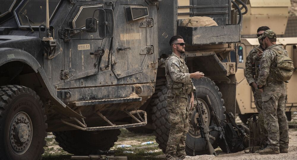 Militares dos EUA na área do campo de petróleo Omar na província síria de Deir Ez-Zor