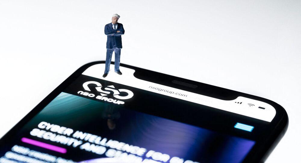 Ilustração de smartphone com o site da empresa israelense NSO Group, desenvolvedora do spyware Pegasus, Paris, 21 d julho de 2021