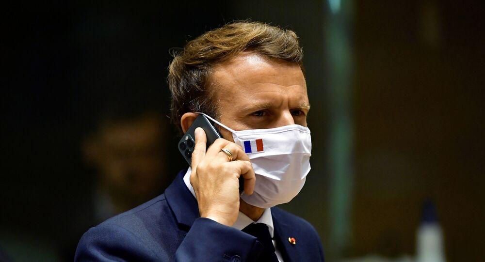 Presidente da França Emmanuel Macron fala pelo celular durante reunião da cúpula da UE em Bruxelas, 20 de julho de 2020