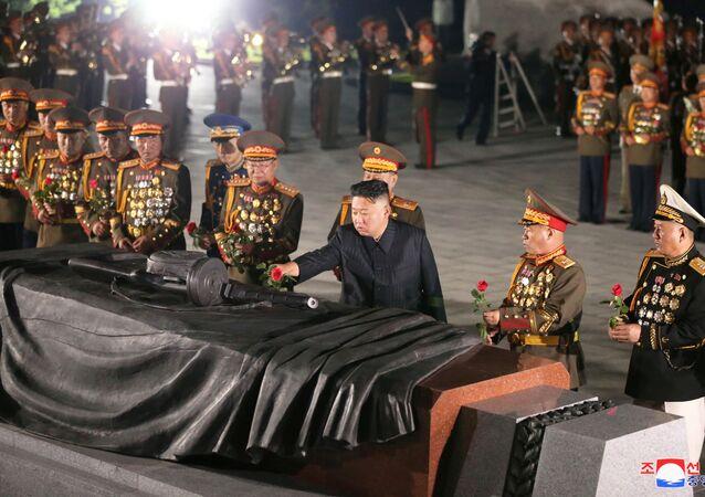 Kim Jong-un na celebração do 68º aniversário do acordo de armistício na Guerra da Coreia em Pyongyang, Coreia do Norte, 27 de julho de 2021