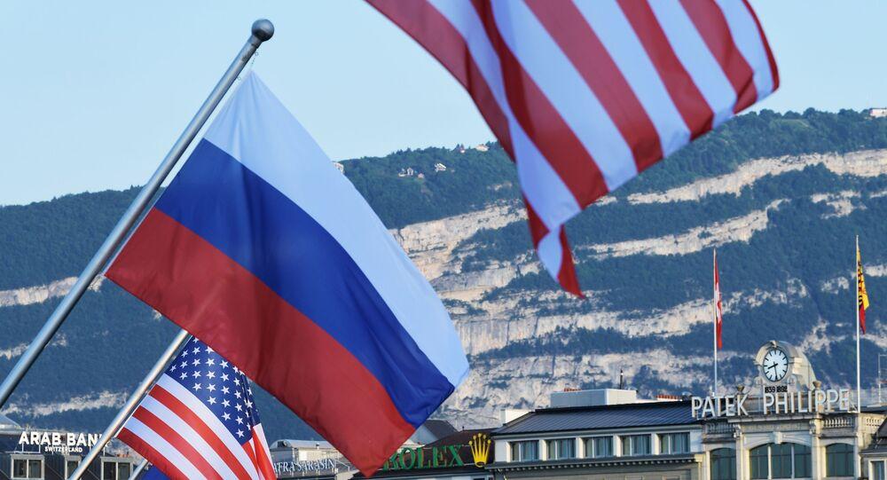 Bandeiras da Rússia e dos EUA, exibidas antes de cúpula entre Vladimir Putin e Joe Biden, presidentes da Rússia e dos EUA, respetivamente, na ponte Mont Blanc em Genebra, Suíça