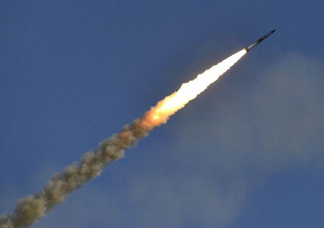 Míssil do sistema de defesa antiaérea Pantsir-S é lançado durante exercícios militares da Rússia no campo de treinamento Ashuluk, região de Astrakhan, Rússia