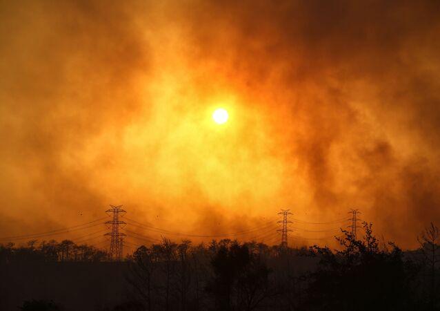 Fumaça do incêndio florestal em Manavgat, a 75 kilômetros de Antalya, Turquia, 28 de julho de 2021
