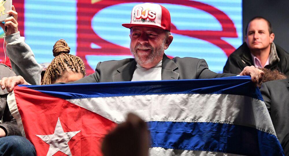 Ex-presidente Luiz Inácio Lula da Silva com bandeira cubana durante reunião com a Juventude Socialista, São Paulo, 29 de julho de 2016