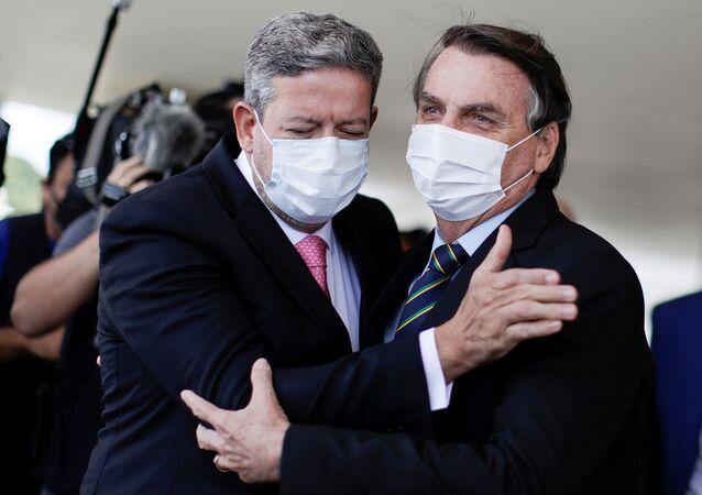 Presidente do Brasil Jair Bolsonaro cumprimenta Câmara dos Deputados Arthur Lira, após reunião no Palácio do Planalto, em Brasília, Brasil, 25 de março de 2021