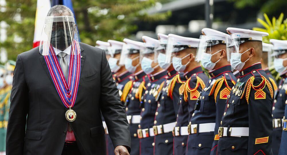Secretário de Defesa dos EUA, Lloyd Austin, passa revista à guarda de honra em Manila, durante sua visita às Filipinas, 30 de julho de 2021