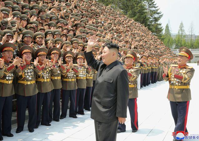 Líder da Coreia do Norte Kim Jong-un cumprimenta os participantes da primeira reunião de comandantes e oficiais políticos do Exército Popular da Coreia (KPA) em Pyongyang