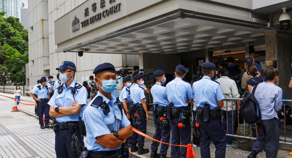 Polícia no exterior da Alta Corte de Justiça de Hong Kong durante o julgamento de Ying-kit, China, 30 de julho de 2021