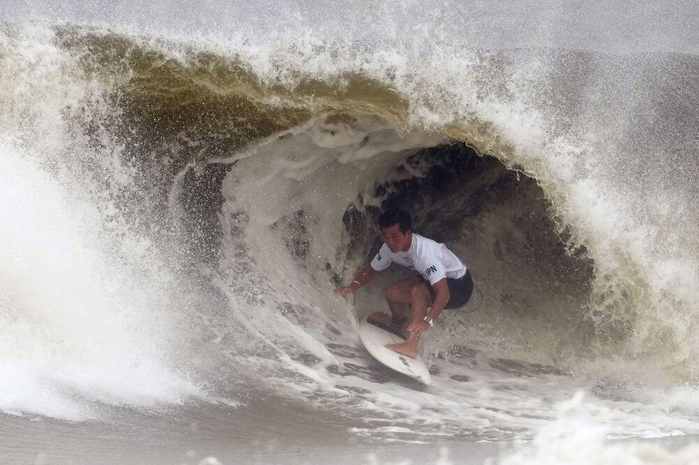 Surfista japonês Hiroto Ohhara é coberto por onda nas quartas de final de surfe masculino nos Jogos Olímpicos do Japão, 27 de julho de 2021