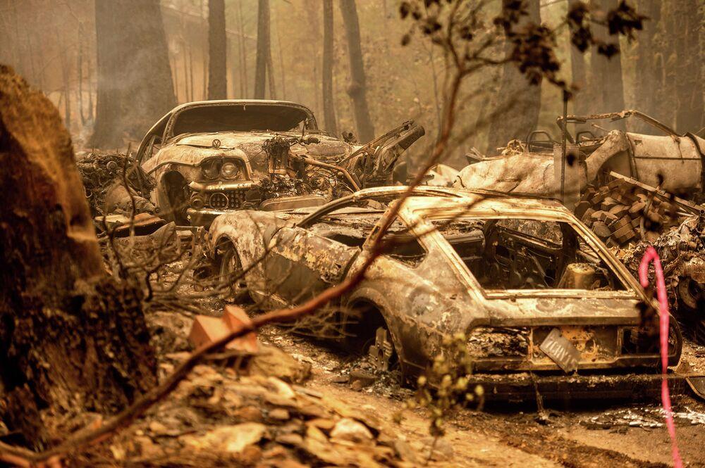 Carros queimados após fogo na Califórnia, EUA, 26 de julho de 2021