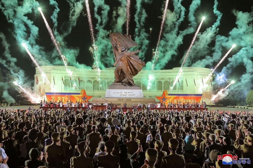Fogos de artifício a propósito do 68º aniversário do acordo de armistício naGuerra da Coreia e da Conferência Nacional de Veteranos de Guerra,Pyongyang, Coreia do Norte, 28 de julho de 2021