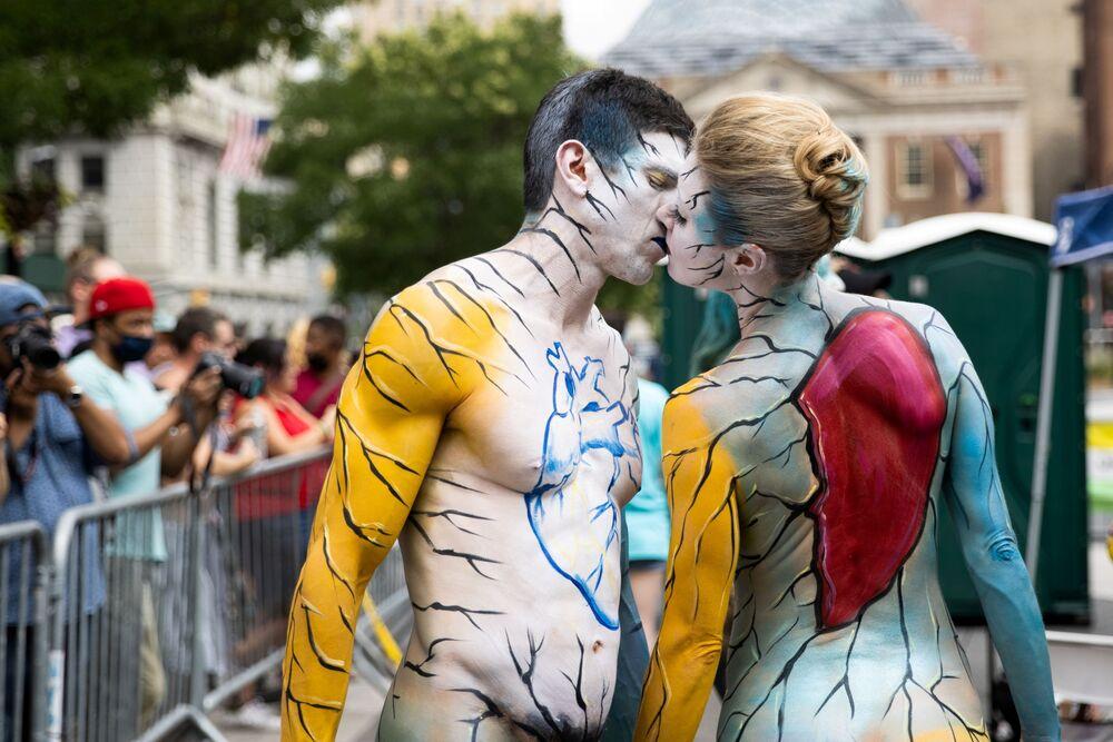 Casal no Dia de Pintura Corporal em Nova York, EUA, 25 de julho de 2021