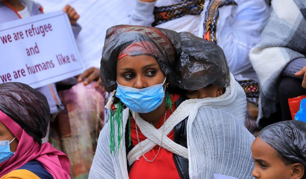 Refugiados da Eritreia durante protestos em frente ao escritório do Alto Comissariado das Nações Unidas para os Refugiados em Addis Abeba, na Etiópia, 29 de julho de 2021