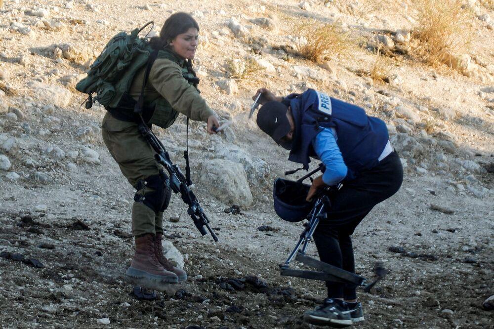 Militar israelense usa gás pimenta contra jornalista durante protestos contra assentamentos israelenses, 27 de julho de 2021