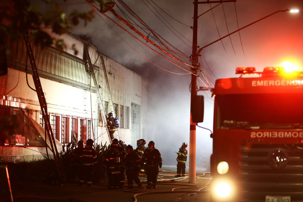 Bombeiros combatem fogo na Cinemateca Brasileira em São Paulo, Brasil, 29 de julho de 2021