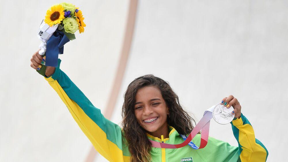 Rayssa Leal ganha a medalha de prata no skate street, sendo a brasileira mais jovem a receber uma medalha olímpica, Japão, 26 de julho de 2021