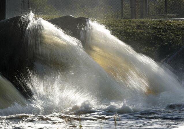 Água jorra de estação de controle de enchentes no canal Tamiami em Miami, Flórida, EUA. Foto de arquivo
