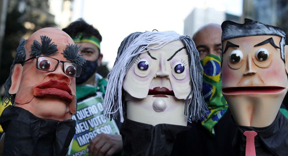 Apoiadores do presidente Jair Bolsonaro seguram bonecas representando ministros do Supremo Tribunal Federal, em ato pelo voto impresso, São Paulo, 1º de agosto de 2021