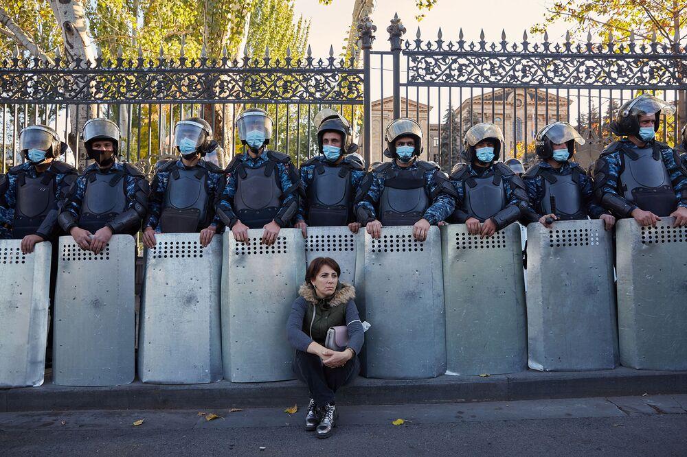Foto The Strength Of The Artsakh (Força de Artsakh, na tradução) do fotógrafo britânico Alexander McBride, quinto lugar na categoria Portfólio. A foto mostra um momento dos protestos na Armênia em novembro de 2020