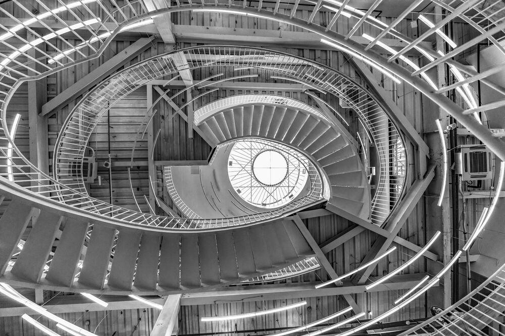 Foto The Eye (Olho, na tradução) do fotógrafo chinês Lin Jing, que ganhou terceiro lugar na categoria Fotografia de Arquitetura: No início, Deus criou o céu e a terra, antes de criar a luz. E quando Deus criou a luz, ele também criou escuridão, dando à beleza dimensões infinitas.