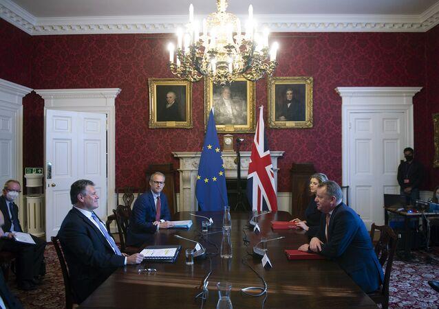 O Ministro britânico do Gabinete do Reino Unido, David Frost, à direita, fala com seu homólogo da UE, Maros Sefcovic, durante uma reunião, em Londres, 9 de junho de 2021