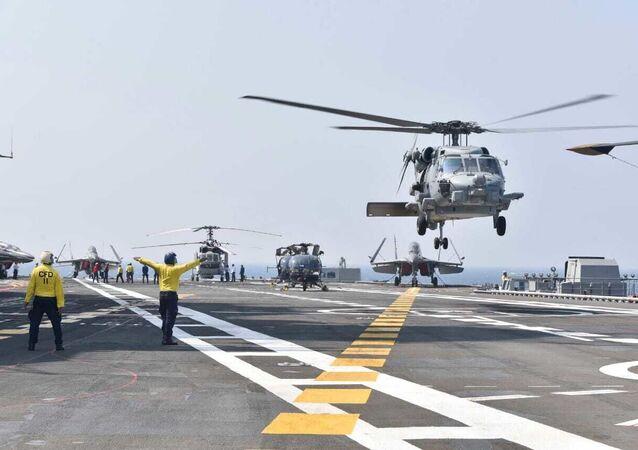 Helicópteros pousam em porta-aviões durante exercício naval de Malabar conjunto da Índia, EUA, Japão e Austrália, no mar Arábico do Norte, 17 de novembro de 2020